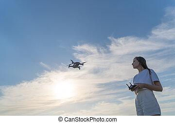 quadcopter, páncélszekrény, slicc, elsajátít, drone., nő, képzés, ellenőrzés, állás