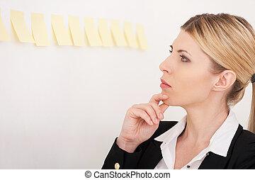 ragadós, neki, work., fal, üzletasszony, hangjegy, hozzácsatolt, magabiztos, tervezés, érett, hegyezés, szegély kilátás