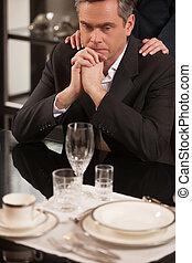 restaurant., nő, érett, neki, ülés, lehangolt, étterem, váll, formalwear, időz, övé, áll, hatalom kezezés, üzletember, csalódott, ember