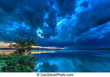 sötét, viharzik felhő