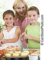 süti, nő, két, mosolygós, díszít, gyerekek, konyha