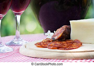sajt, kolbász, vörös bor