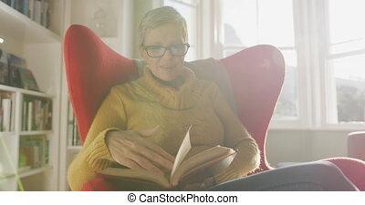 senior woman, egyedül, otthon