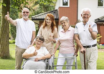 seniors, kimutatott, hím, gondozás, feláll, -eik, kívül, lapozgat, női, caregiver, home., boldog
