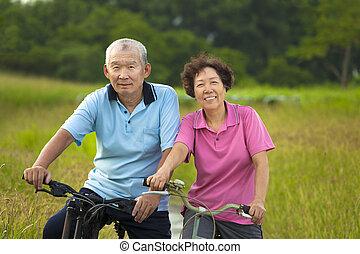 seniors, párosít, park., ázsiai, bringázás, boldog