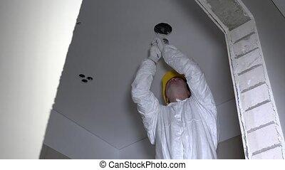 sisak, plafon, elvág, villanyszerelő, fény, kilyukaszt, elhelyez, plasterboard, ember