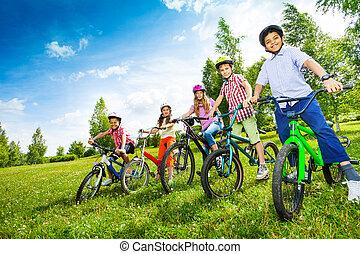 sisakok, színes, bringák, birtok, gyerekek, evez