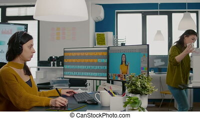 specialista, fókuszált, kreatív, hivatal, számítógép, retoucher, dolgozó