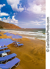 sunshades, concept., kavics, tenger, esernyők, háttér., szünidő, szalmaszál, nyár, sunbeds, tengerpart, paradicsom, destination., idegenforgalom, sunbeds., üres, tengerpart.