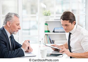 számítógép, businessmen, tabletta, dolgozó, két