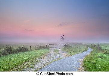 szélmalom, köd, irány