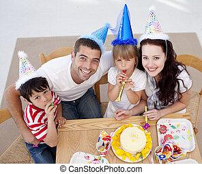 születésnap, magas szög, misét celebráló, család, boldog