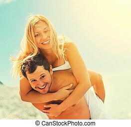 szeret, összekapcsol dédelget, nevető, tengerpart, boldog