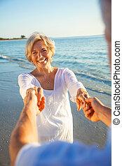 tánc, összekapcsol naplemente, hatalom kezezés, idősebb ember, tengerpart, boldog