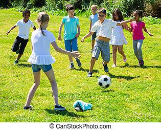 társaság, boldog, játszótér, gyerekek, labdarúgás, játék, liget
