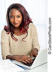 tízenéves kor, csinos, afrikai, laptop., gépelés, leány
