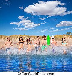 tízenéves kor, csoport, fröcskölő, surfers, futás, tengerpart