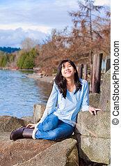 tízenéves kor, időz, ülés, fiatal, tó, arc, tengerpart, mosolygós, felhajtott, szabadban, leány, hintáztatni, mentén, boldog