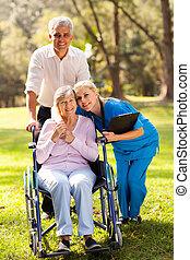 törődik, gondozás türelmes, idősebb ember, ölelgetés