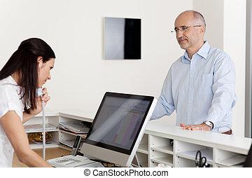 türelmes, érett, női, fogász, látszó, telefon, klinika, számítógép, landline, fogadás, használ, hím, fogadó portás