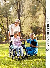 türelmes, bepótlás, orvos, tolószék, köszönés, női, idősebb ember