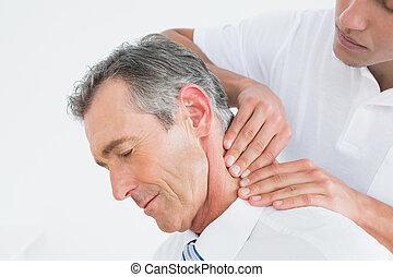 türelmes, hím, hátgerincmasszázzsal gyógyító, masszázs, nyak