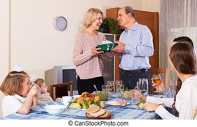 tag, felfogó, család, ajándék, boldog