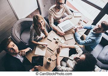 team., hivatal, ügy, ülés, sikeres, tető, emberek, fiatal, együtt, látszó, időz, fényképezőgép, asztal, kilátás