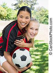 teammate, piggybacking, női, játékos, futball