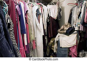 tele, beépített szekrény, szervezetlen, függő, mocskos, öltözék