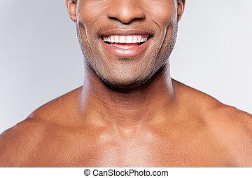 teljes, álló, kép, fiatal, körbevágott, szürke, időz, ellen, háttér, afrikai, mosolygós, smile., shirtless, ember
