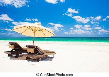 tengerpart., esernyő, elnökké választ, két, ünnepek, homok tengerpart