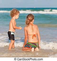 tengerpart, játék, boldog, két, gyerekek