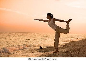 tengerpart, leány, előadó, napnyugta, közben, jóga, árnykép, gyönyörű