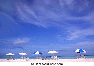 tengerpart, napernyők