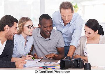 terv, csoport, ügy, ülés, emberek, együtt, jókedvű, valami, új, asztal, fejteget, együtt.
