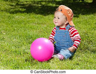totyogó kisgyerek, labda, kert, ül