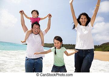 ugrás, tengerpart, asian család, boldog
