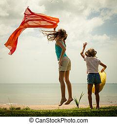 ugrás, tengerpart, gyerekek, boldog