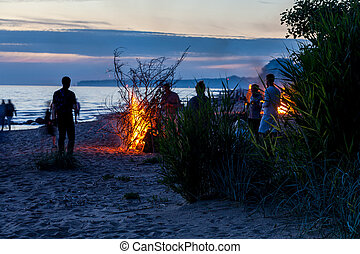 unrecognisable, máglya, misét celebráló, napforduló, emberek, nyár, tengerpart
