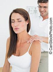 váll, hátgerincmasszázzsal gyógyító, woman's, fiatal, hím, masszázs