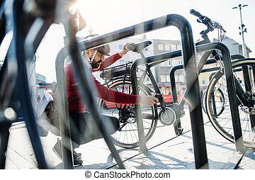 város, bicikli, elektromos, ingázó, work., amikor, haladó, csípőre szabott, várakozás, üzletember