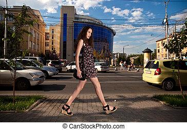 város, gyalogló, nő, fiatal, gondtalan, utca