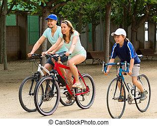 város, kerékpározás, család, három, jókedvű, út
