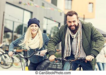 város, párosít, fiatal, bringák, móka, lovaglás, birtoklás
