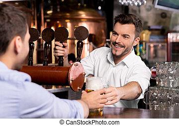 vásárló, csapos, bögre, odaad, beer., fiatal, itt, jókedvű, sör, -e