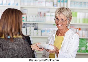 vásárló, előírt, odaad, gyógyszertár, női, orvosság, idősebb ember, gyógyszerész, boldog