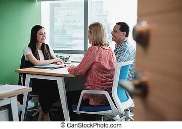 vásárlók, nő, hivatal, dolgozó, beszéd, tanácsadó, befektetés