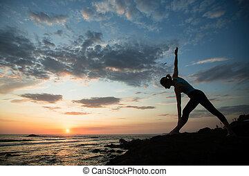 varázslatos, nő, lesiklik, fiatal, óceán, jóga, állóképesség, gyakorló, sunset., közben