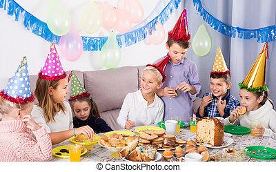 vidám, gyerekek, vacsora, élvez, barát, ünnepies